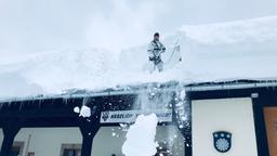 Helfer räumt Dach in Buchenhöhe  | Bild:Layla Heyne/BR