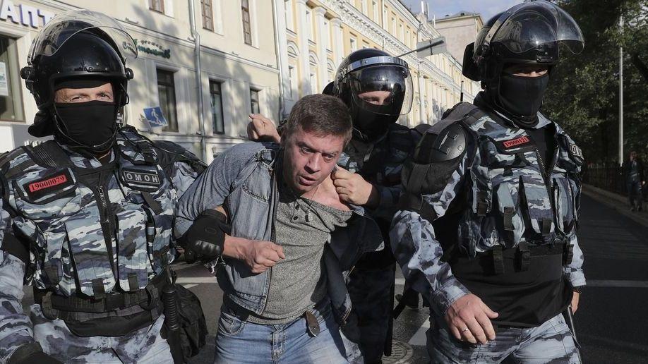 Polizisten verhaften einen Demonstranten am Rande eines Protestes für faire und freie Wahlen. Erwartet wurden am Samstag zu der von den russischen Behörden genehmigten Kundgebung bis zu 100 000 Teilnehmer.