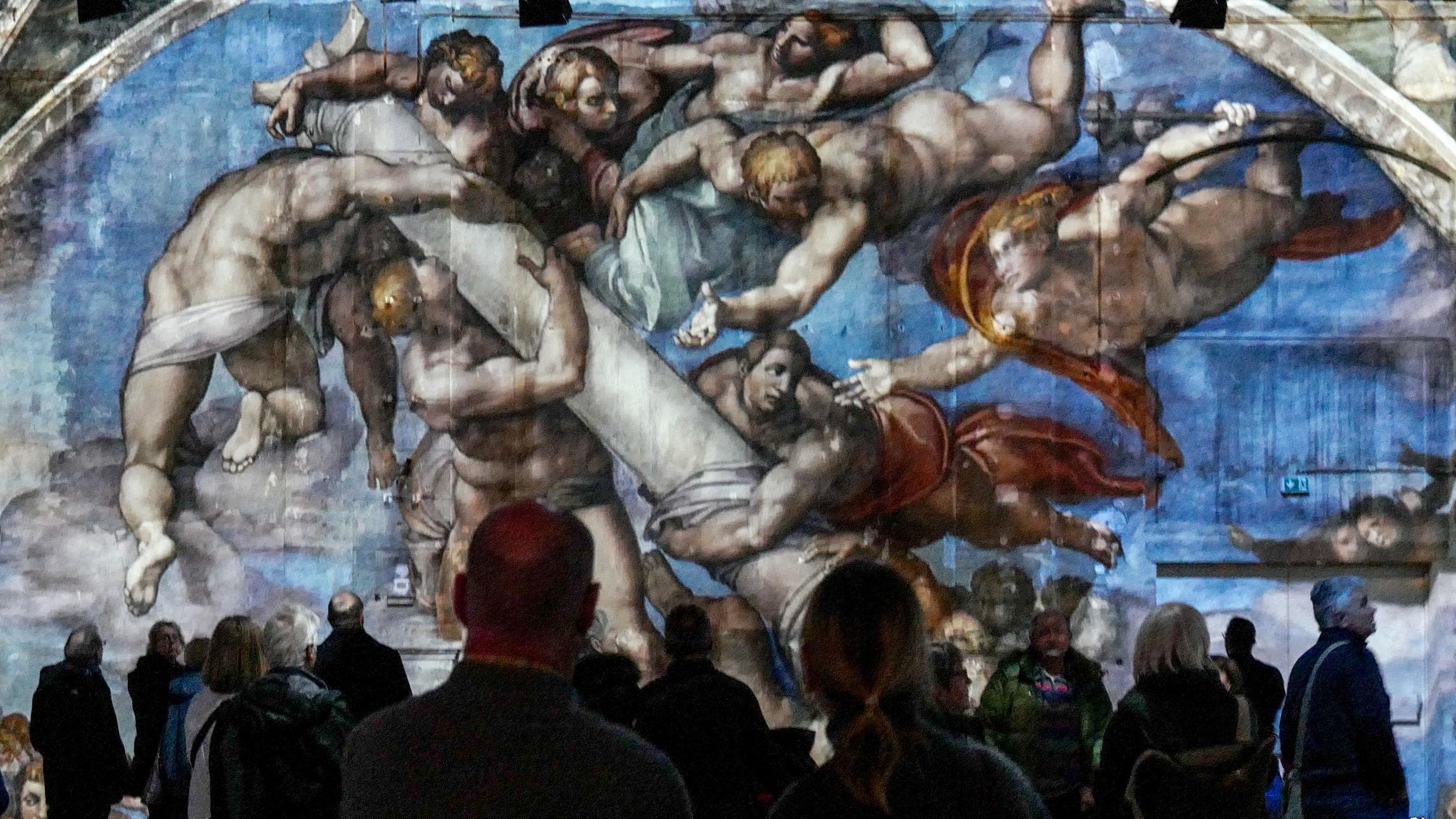 """Besucher stehen in der Ausstellung """"Giganten der Rennaissance"""""""