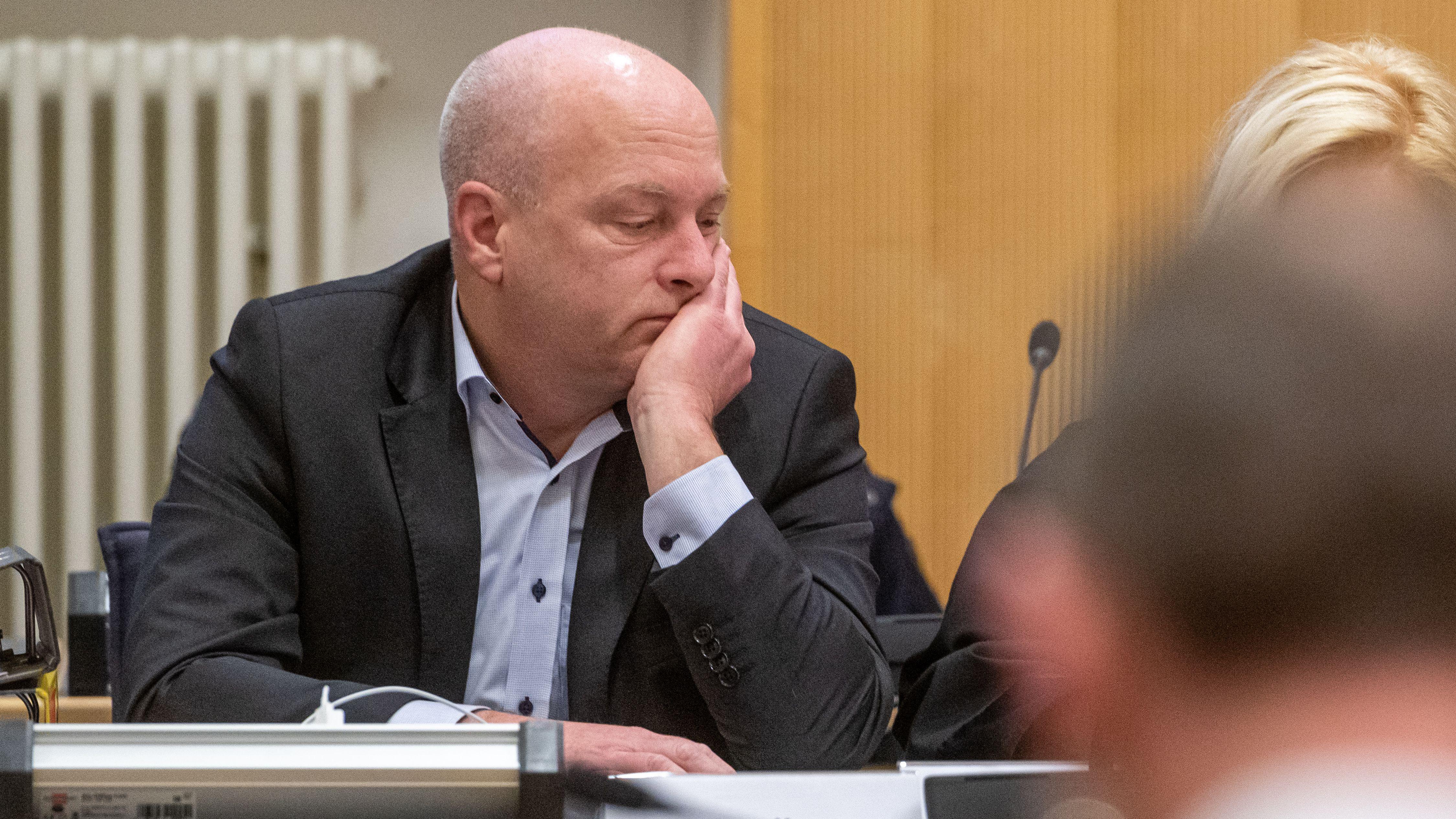 Joachim Wolbergs, suspendierter Oberbürgermeister von Regensburg, sitzt im Verhandlungssaal im Landgericht.