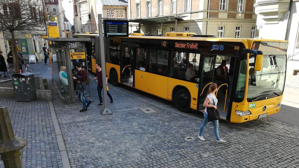 Die Corona-Pandemie und ihre Folgen haben auch den Öffentlichen Personennahverkehr in der Oberpfalz getroffen. In der ganzen Region wurden große Rückgänge bei den Fahrgastzahlen und den Ticketverkäufen verzeichnet.
