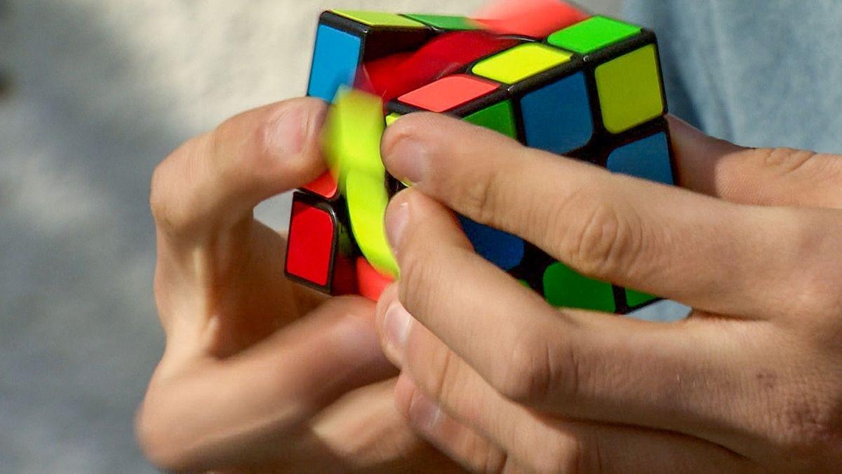 Jürgen Osterrieder beim Speedcuben - dem schnellen Lösen eines Zauberwürfels