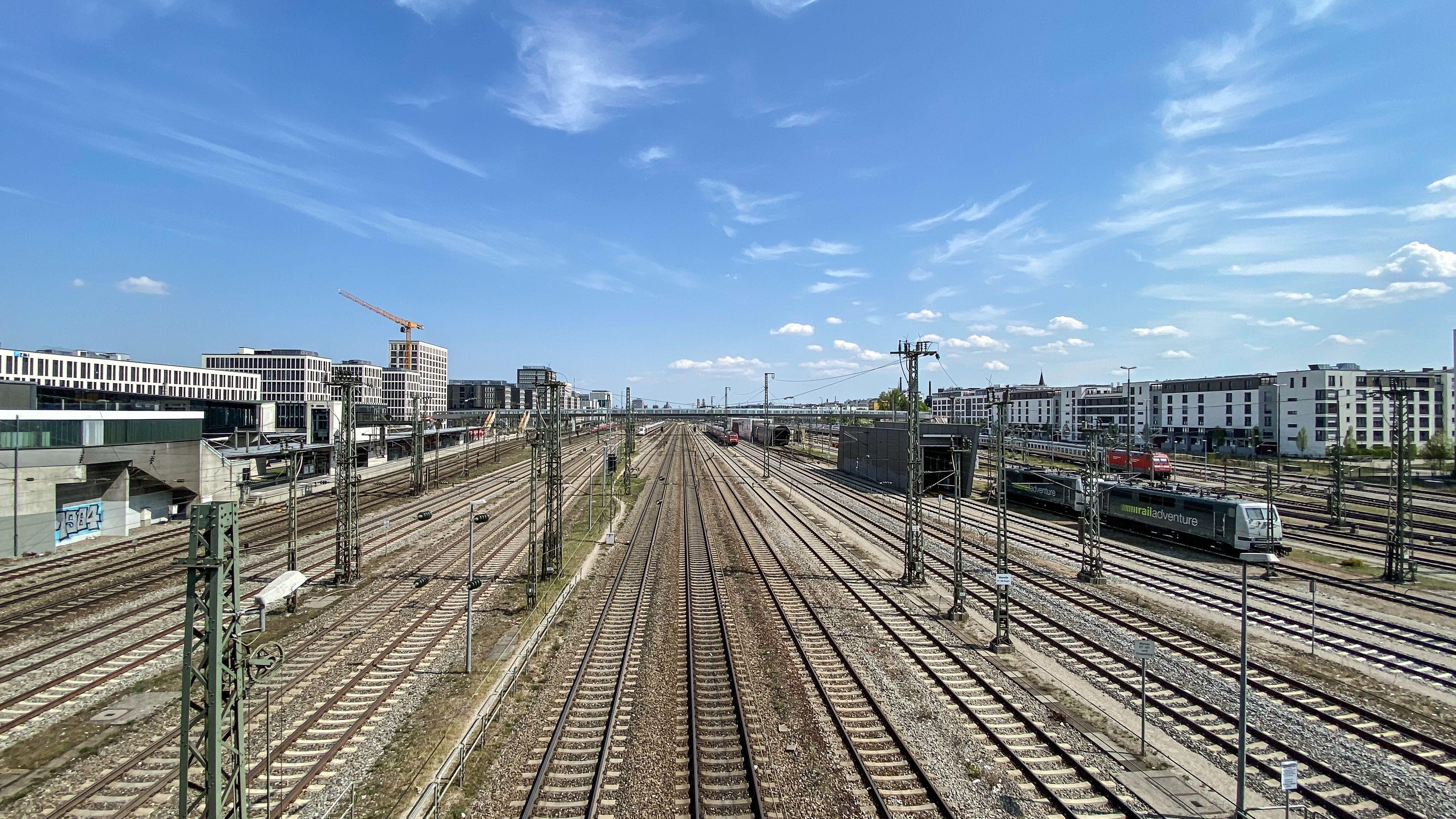 Blick von der Donnersbergerbrücke auf Bahngleise Richtung Münchner Hauptbahnhof.