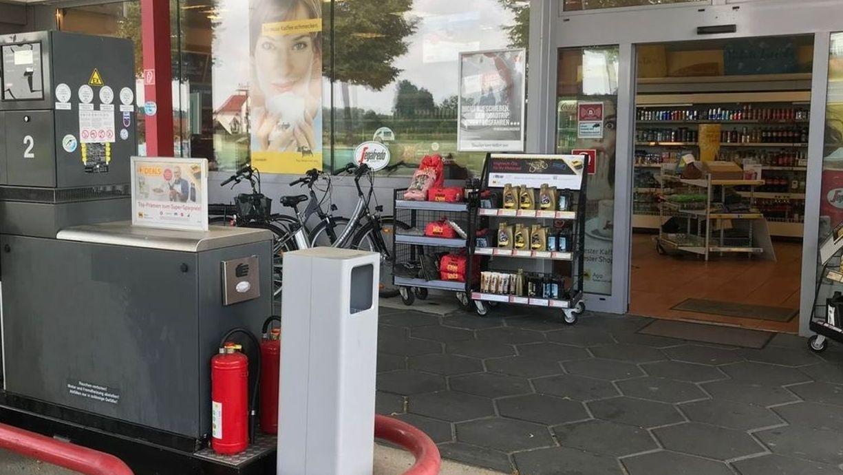 Die Tankstelle in Bad Füssing wurde bereits zwei Mal überfallen, ein Verdächtiger wurde ermittelt. Der 17-jährige Österreicher sitzt in Haft.
