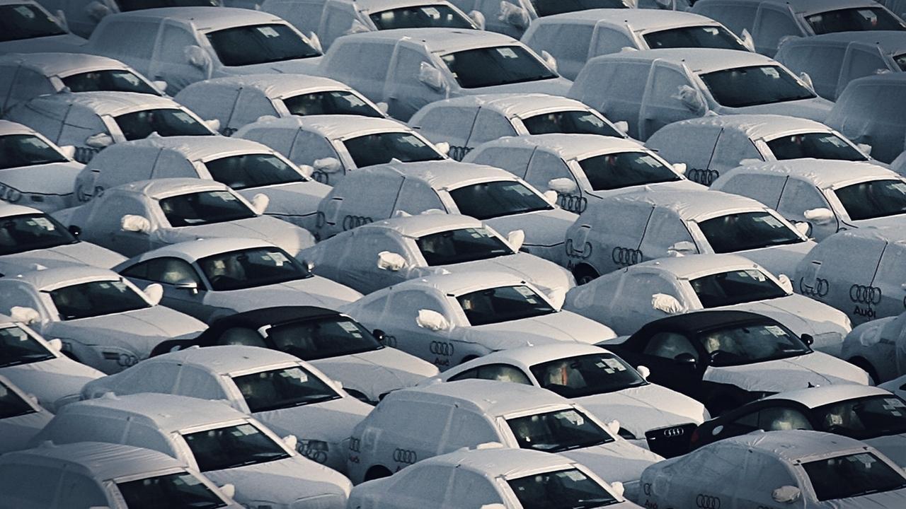 Audis mit Schutzüberzug.