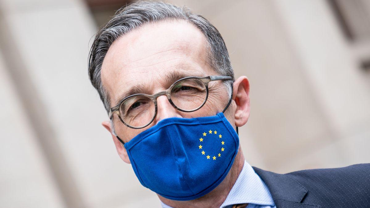 Heiko Maas mit einer blauer Mund-Nasenschutz-Maske im Design der Europaflagge