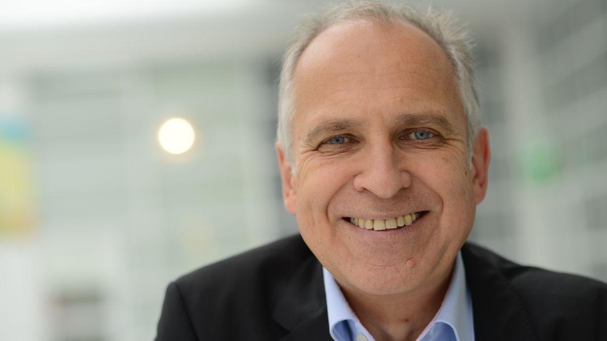 Werner Tiki Küstenmacher ist Buchautor, Zeichner und evangelischer Pfarrer.