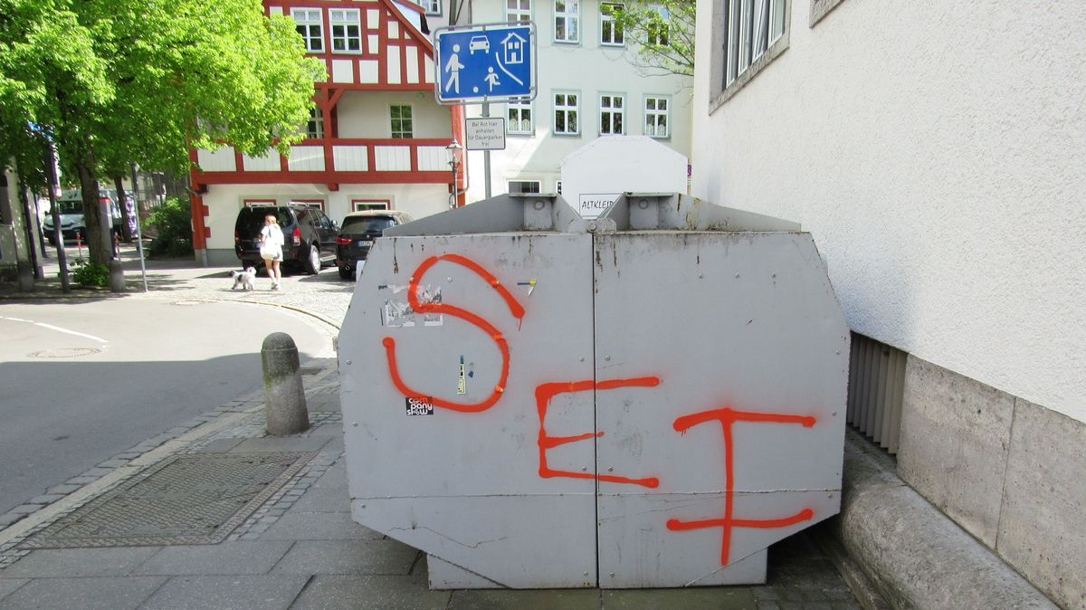 """Ein grauer Container mit drei aufgesprühten roten Buchstaben """"SEI""""."""
