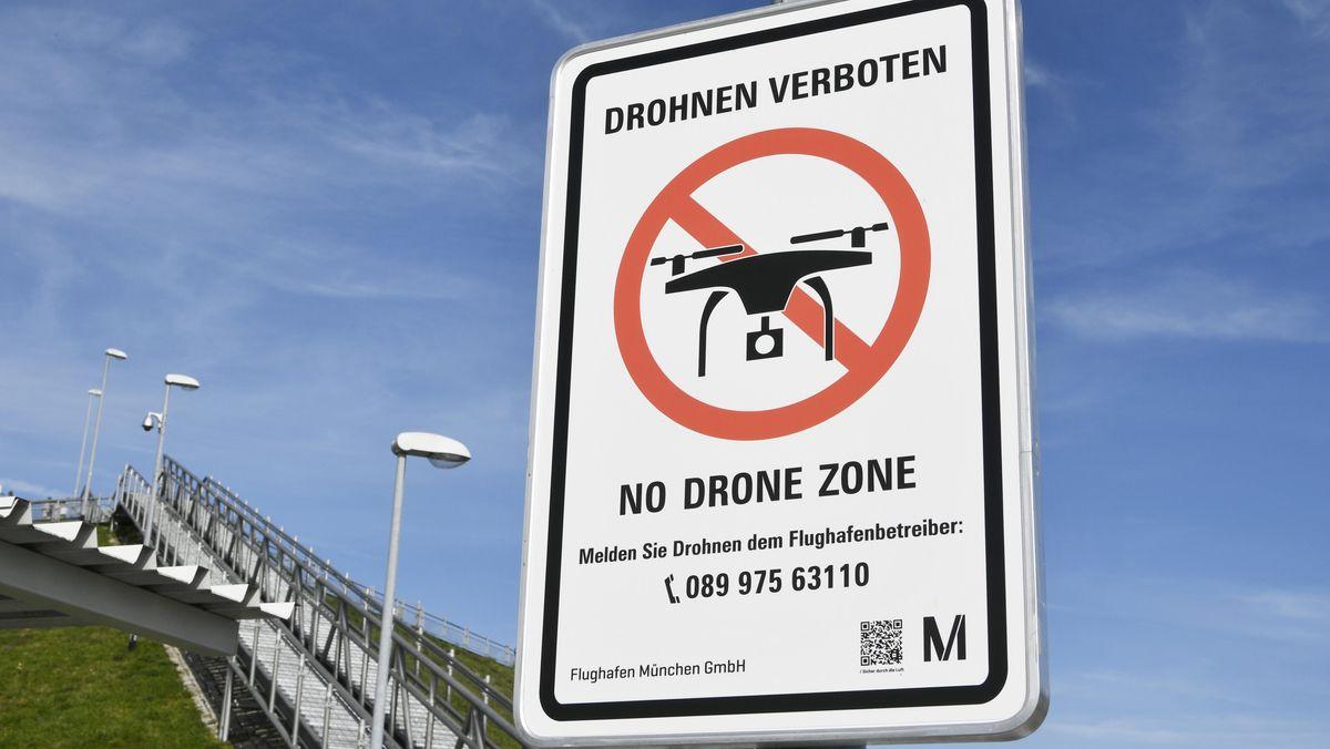 Verbotsschild für Drohnen am Flughafen München