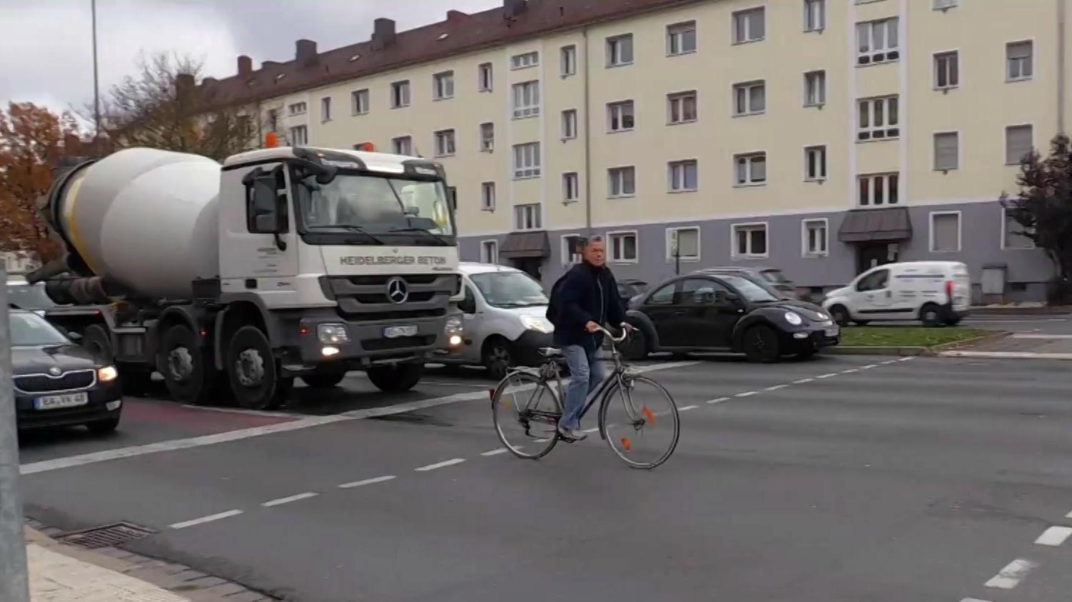 Ein Radfahrer auf einer Straße in Nürnberg