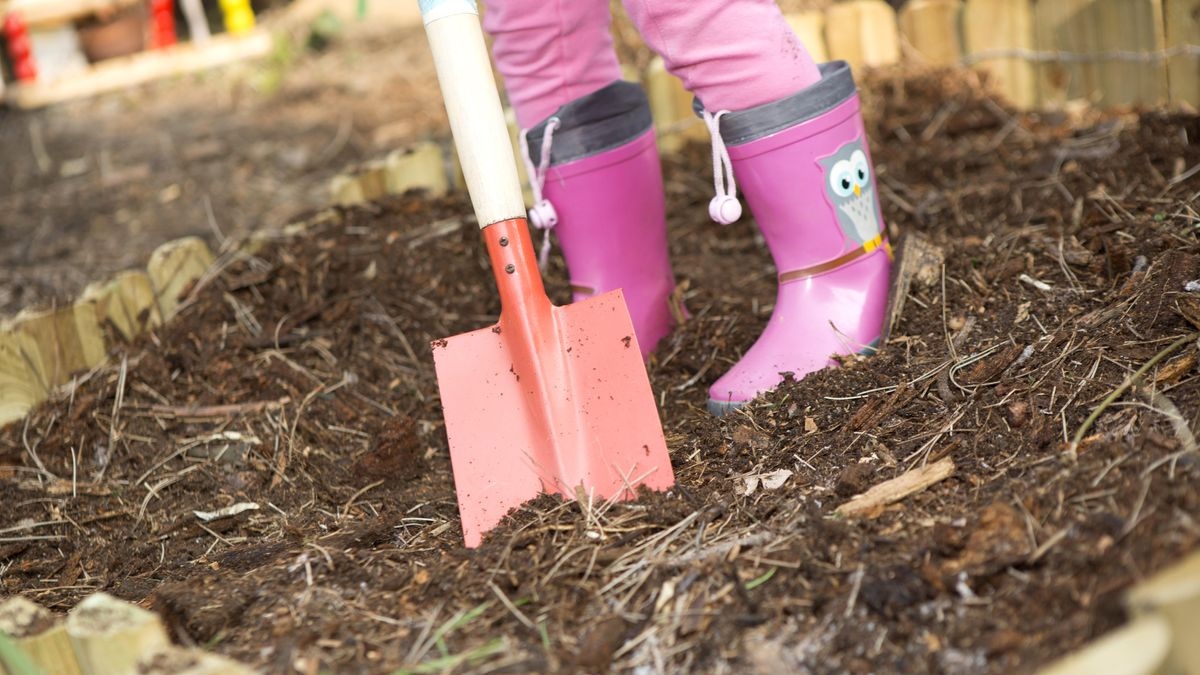 Kind bei der Gartenarbeit