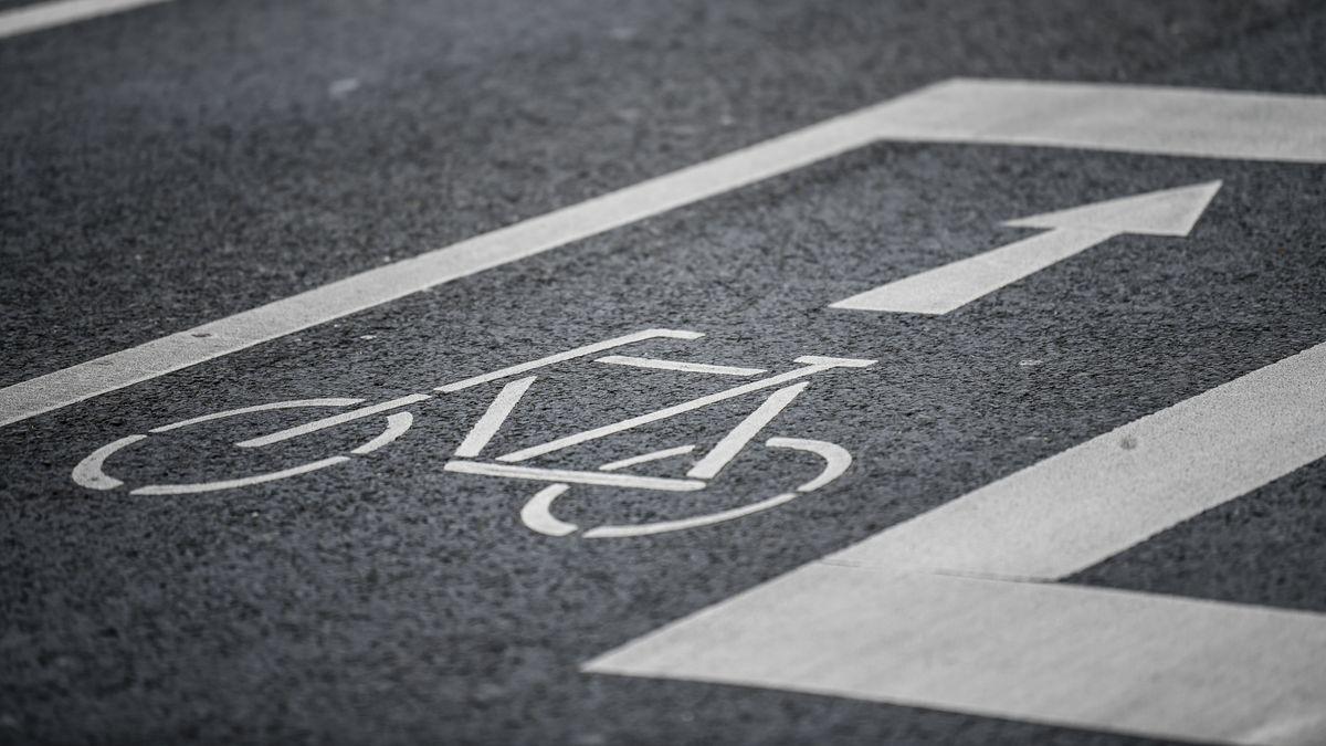Ein Radweg ist auf einer Straße gekennzeichnet
