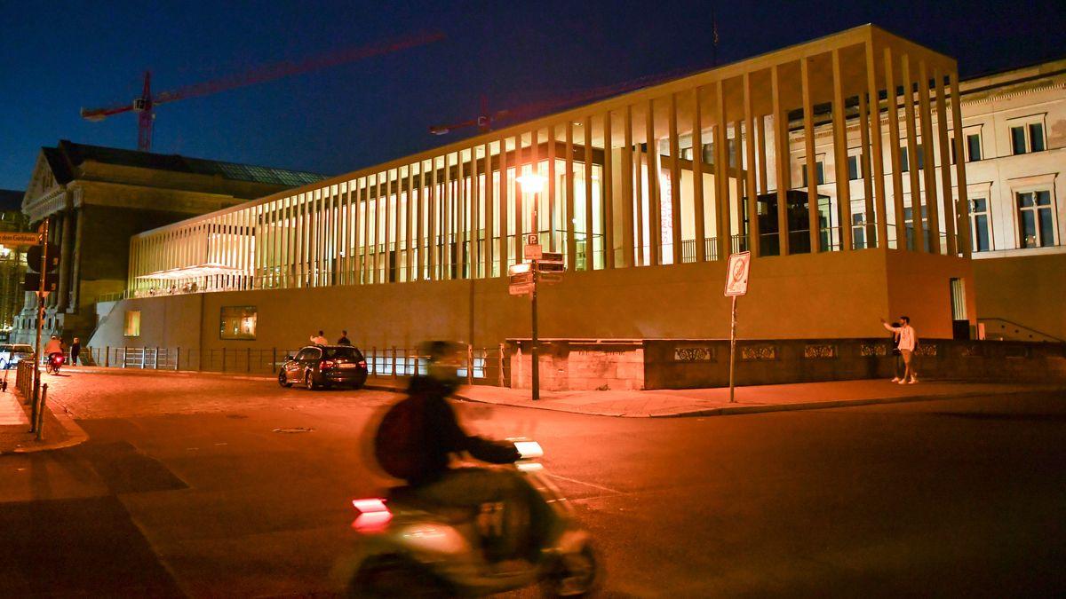 Nachts am Pergamonmuseum in Berlin