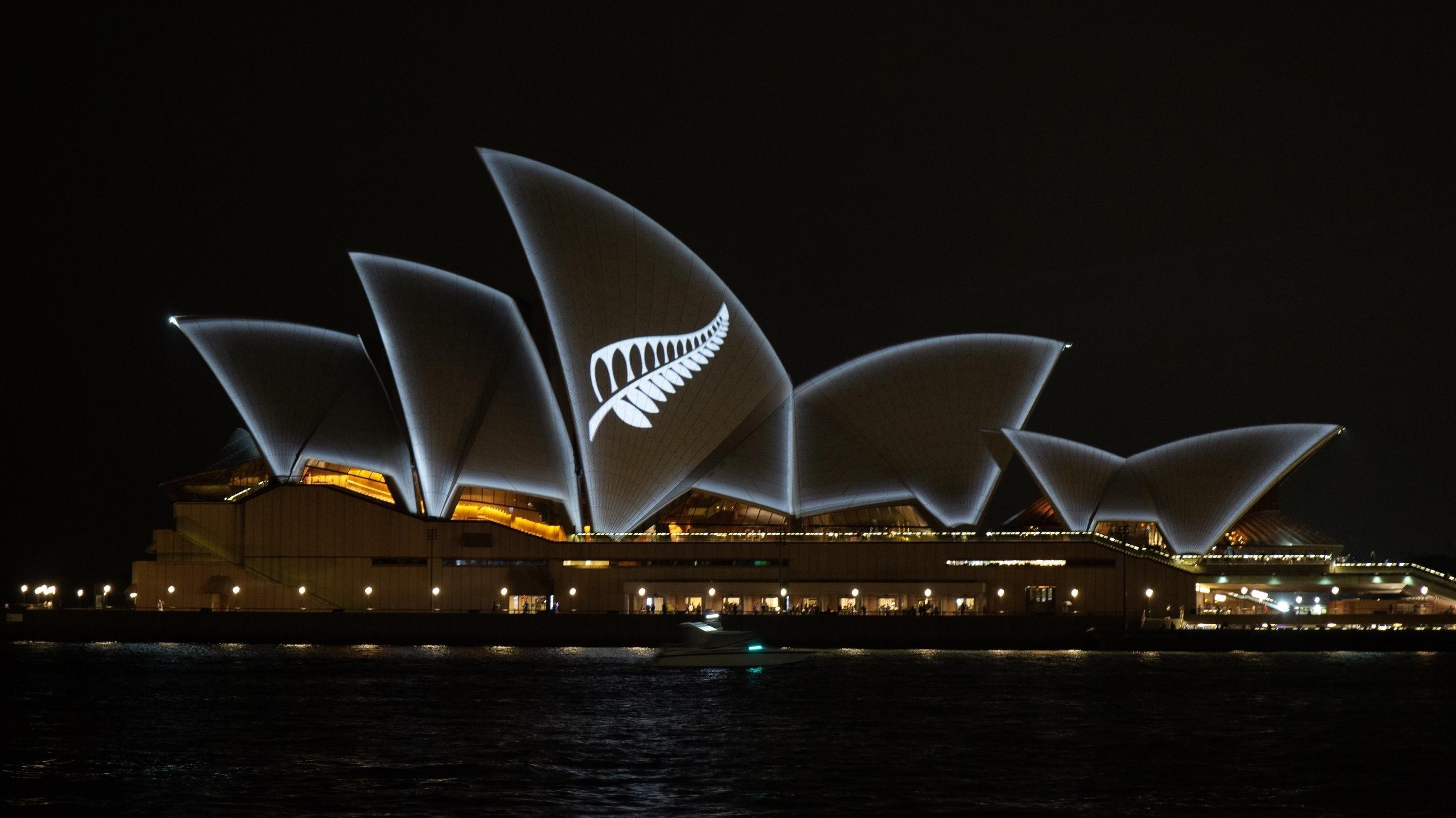 Australien, das Herkunftsland des Attentäters, hat die Oper Sydney mit einem Silberfarn illuminiert - der Nationalpflanze Neuseelands.