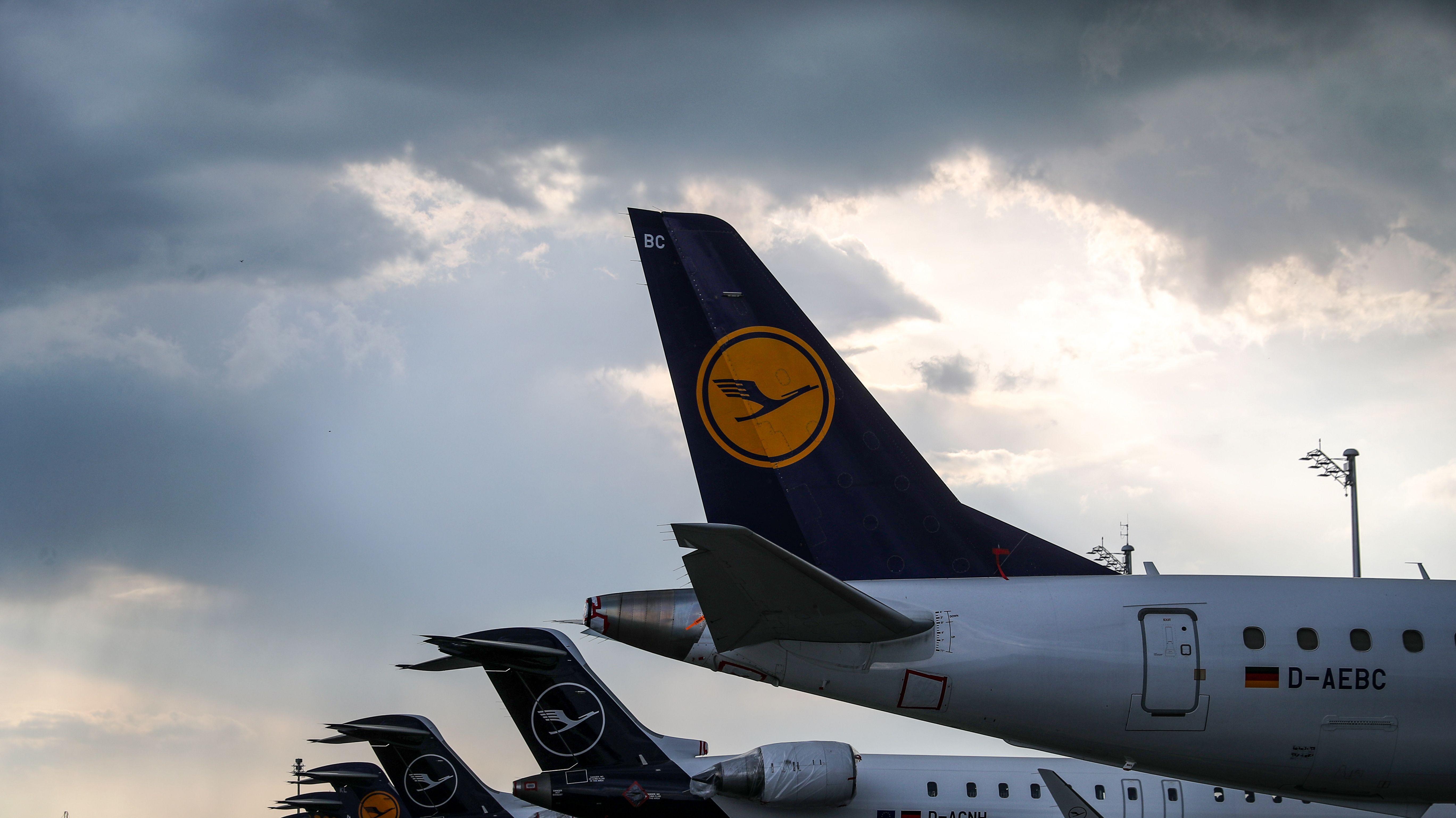 Flugzeuge der Lufthansa stehen nebeneinander am Boden