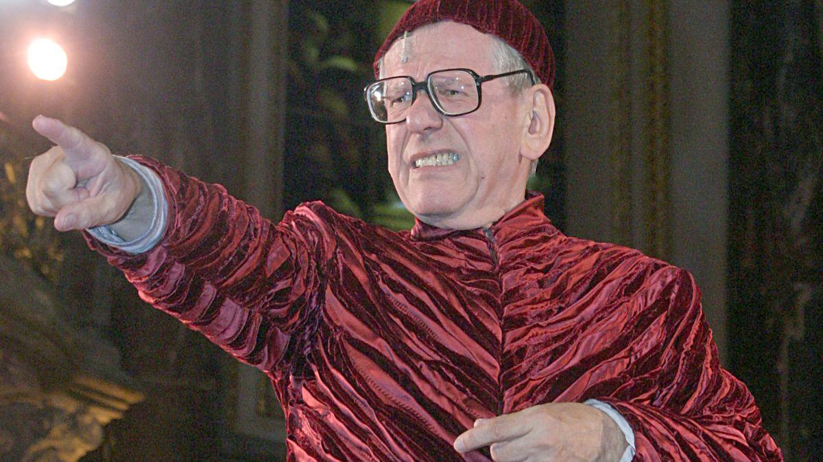 Im Roten Kostüm mit Zeigefinger