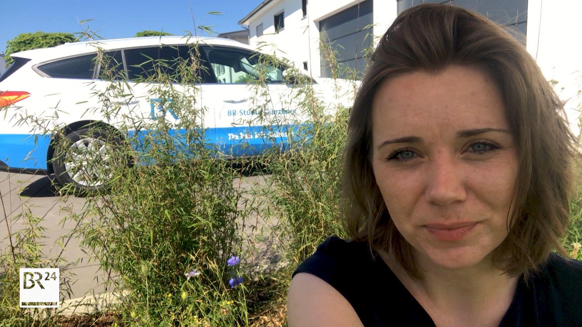 Jenny Schack, BR-Korrespondentin für die Landkreise Günzburg und Neu-Ulm, schützt die Bienen.