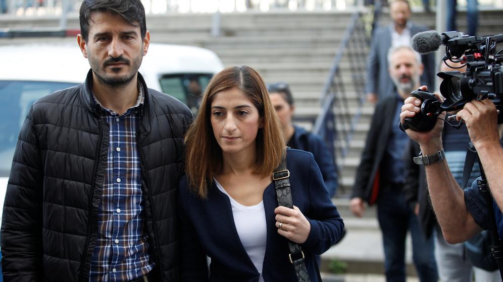 Mesale Tolu und ihr Mann vor dem Gericht in Istanbul  | Bild:REUTERS/Kemal Aslan