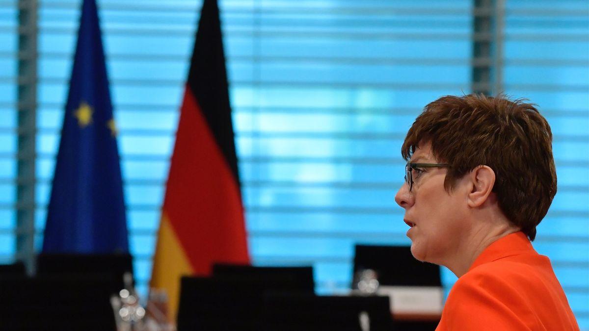 Verteidigungsministerin Kramp-Karrenbauer sprach wegen Rechtsextremismus-Vorwürfen.