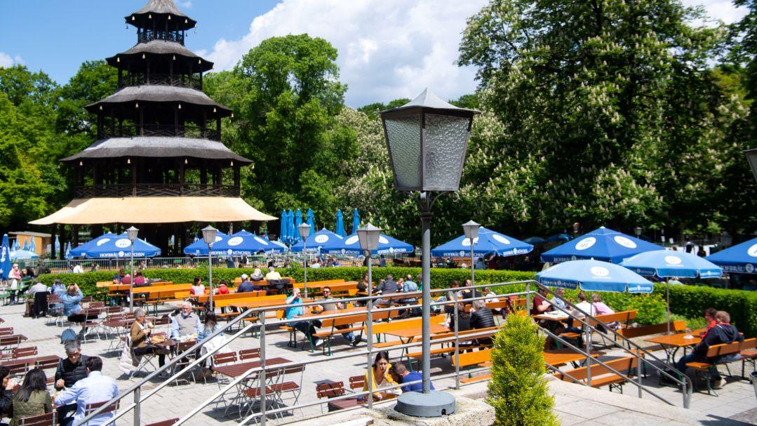Zahlreiche Besucher genießen das schöne Wetter im Biergarten am chinesischen Turm im englischen Garten