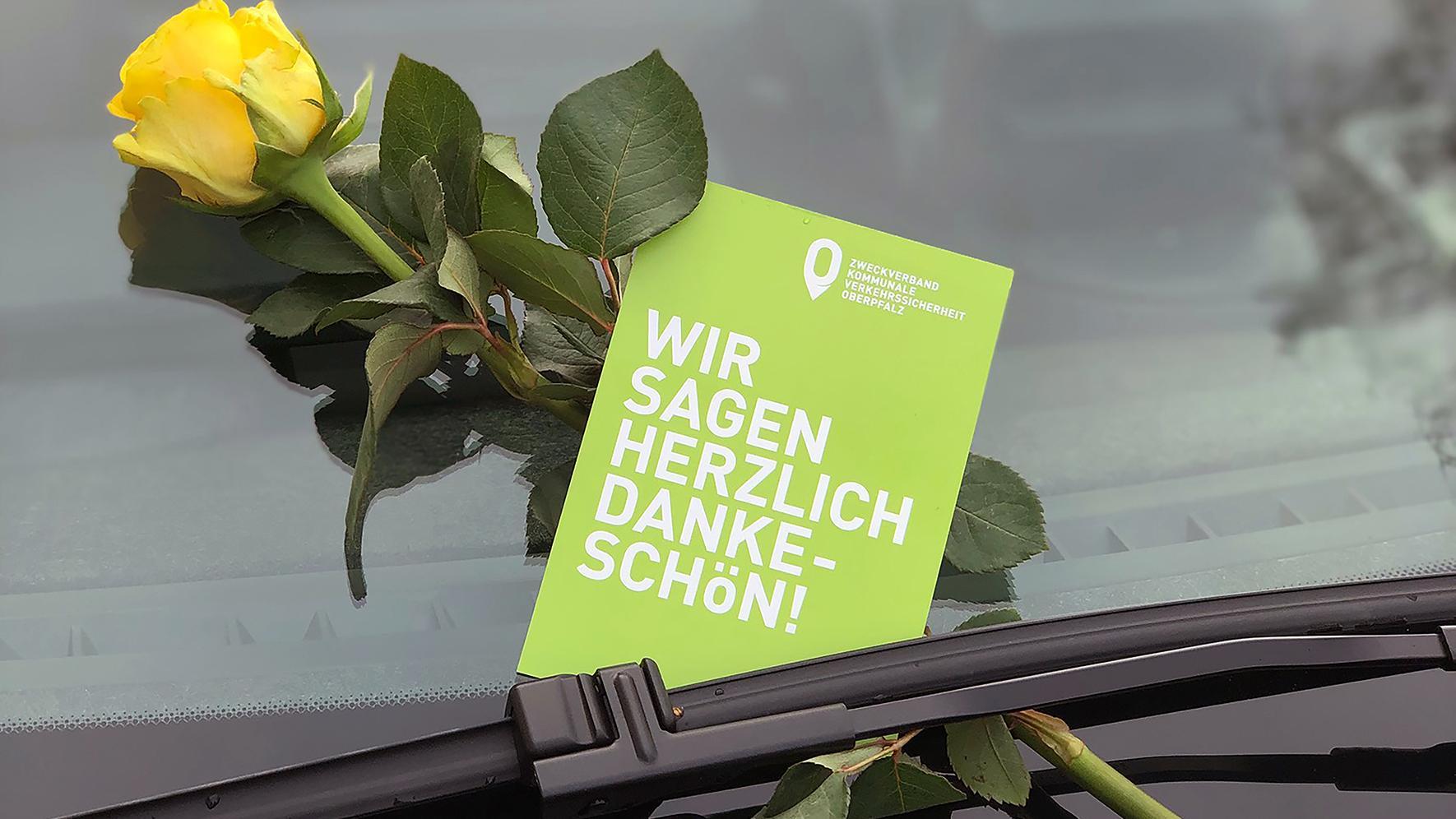 So sieht das Dankeschön an die Richtigparker in der Oberpfalz aus: Gele Rose und Dankeskarte.