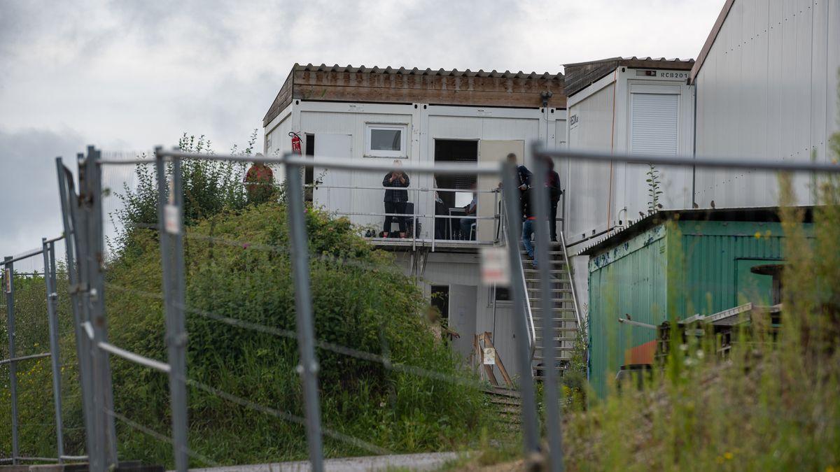 Bayern, Mamming: Unterkünfte von Erntehelfern auf einem Bauernhof. Nach einer Corona-Masseninfektion auf dem großen Hof stehen fast 500 Menschen unter Quarantäne und dürfen das Betriebsgelände nicht mehr verlassen.