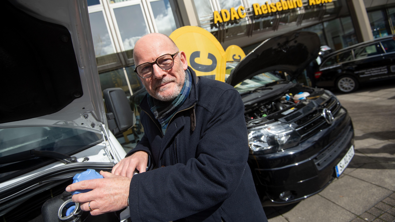 Winfried Hermann (Bündnis 90/Die Grünen), Verkehrsminister von Baden-Württemberg, steht vor einem nachgerüsteten Mercedes-Benz Sprinter.