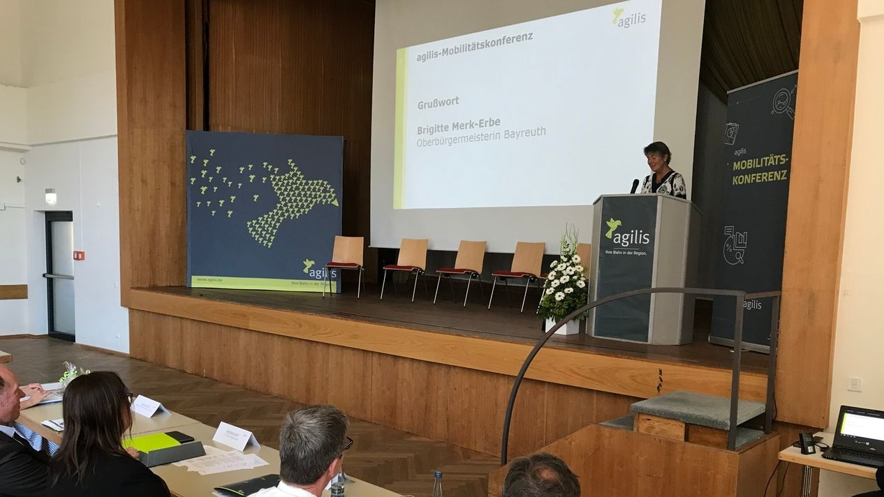 Oberbürgermeisterin der Stadt Bayreuth an einem Rednerpult auf einer Bühne