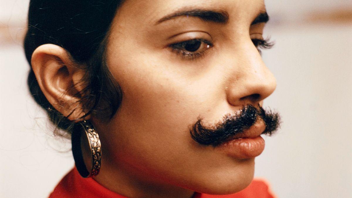 Ana Mendieta, Ohne Titel (Facial Hair Transplants), 1972 (1997), Museum Ludwig. Gesicht eines jungen Menschen mit Ohrringen, langen Wimpern  und Schnurrbart