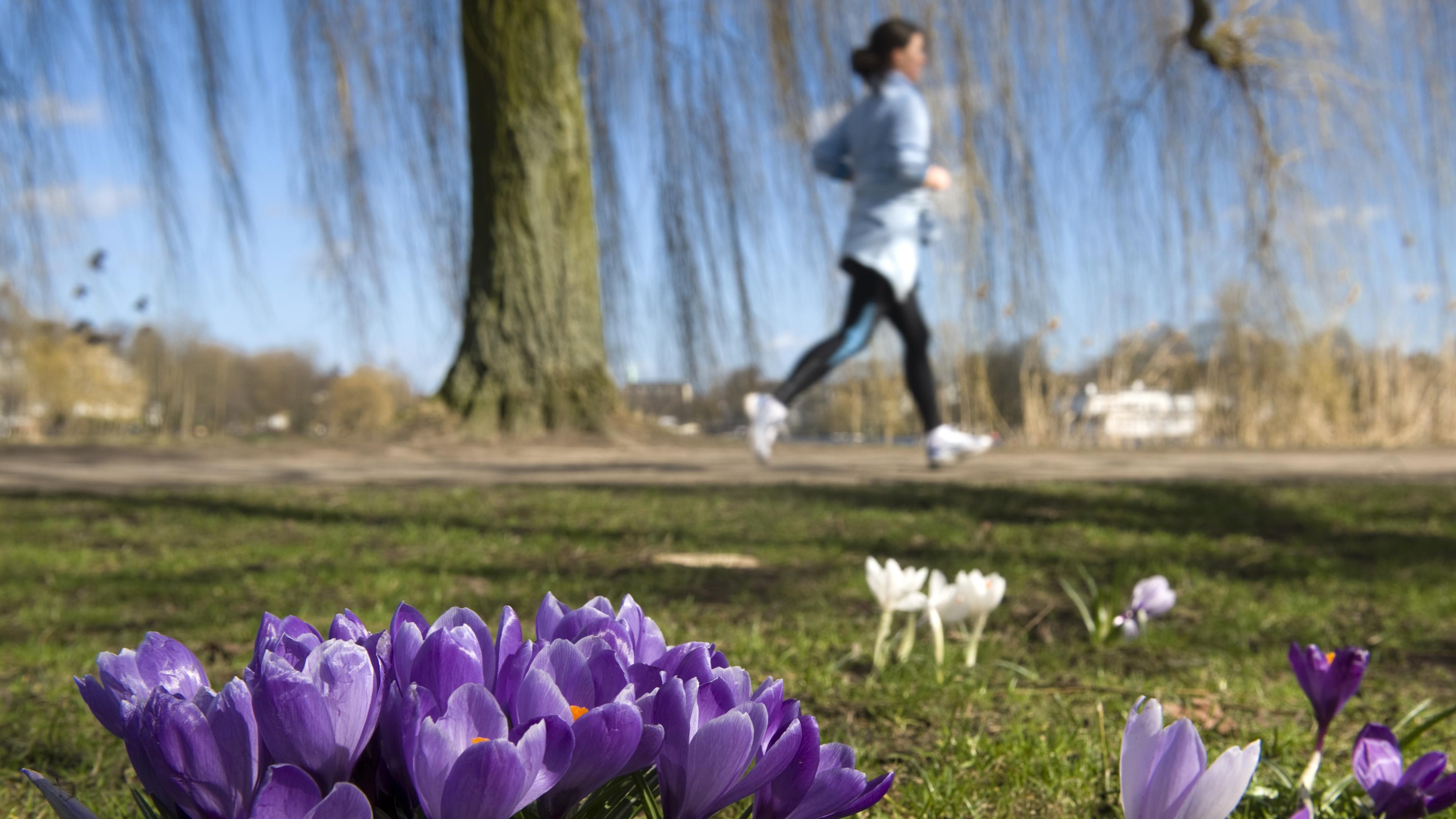 Eine Frau joggt.