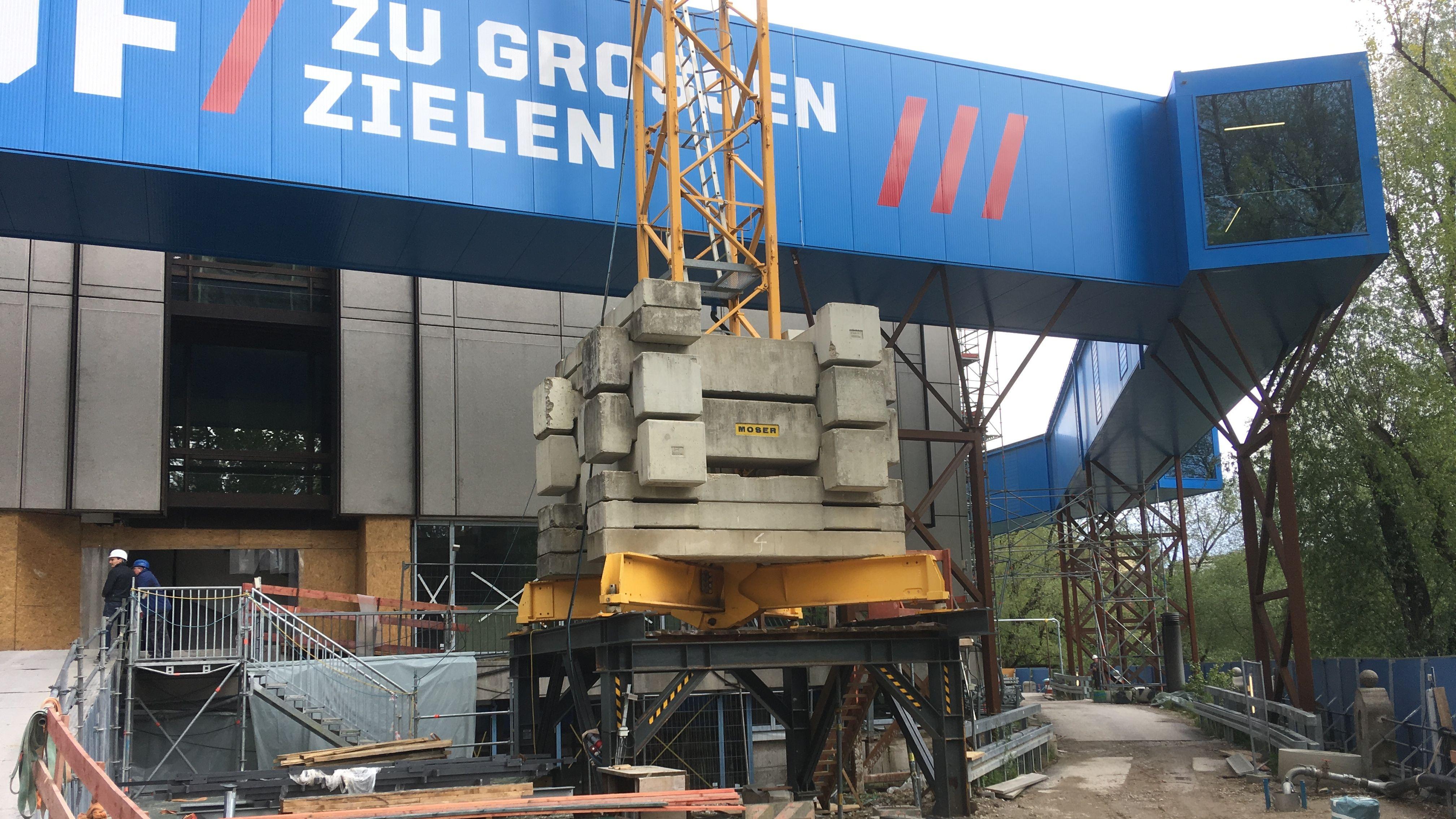 Damit die Besucher trotz der Sanierung im ersten Bauabschnitt entfernte Ausstellungen erreichen, wurde dieser Umgehungsgang auf  Stahlträgern errichtet.