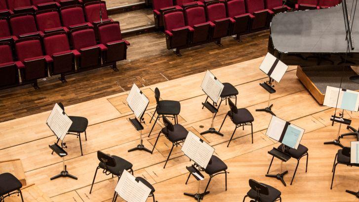 Eine leere Bühne ohne Musikerinnen und Musiker