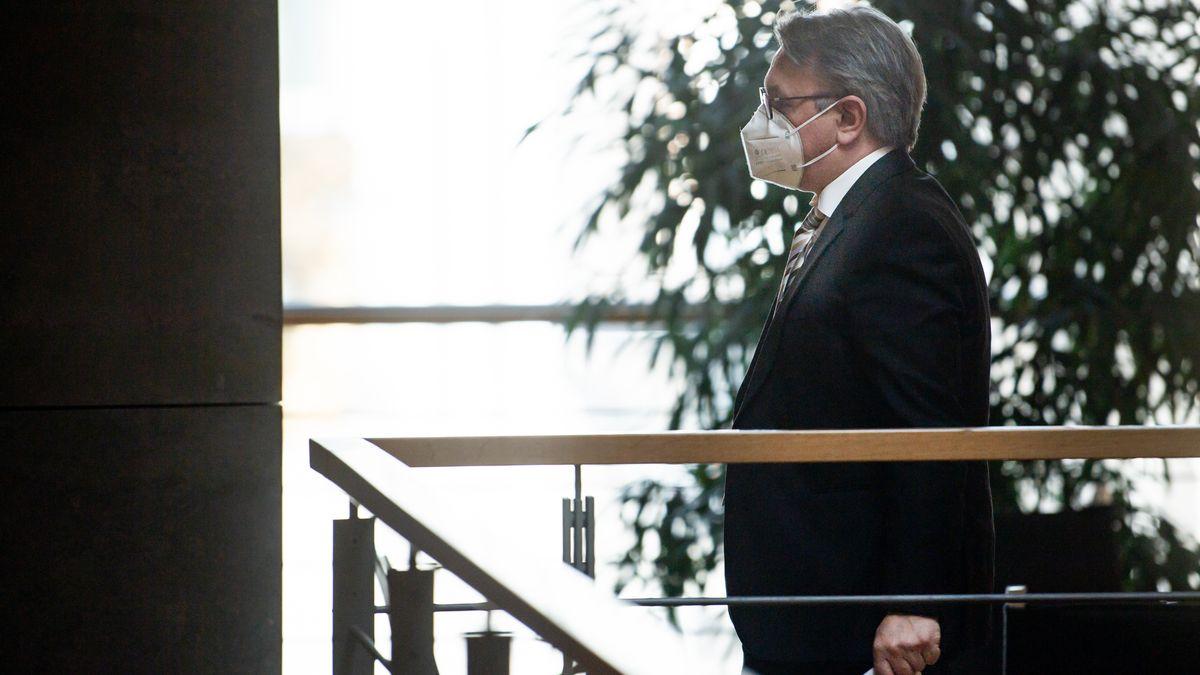 Georg Nüßlein (CSU) geht über einen Flur zu seinem Bundestagsbüro, während dieses durchsucht wird.