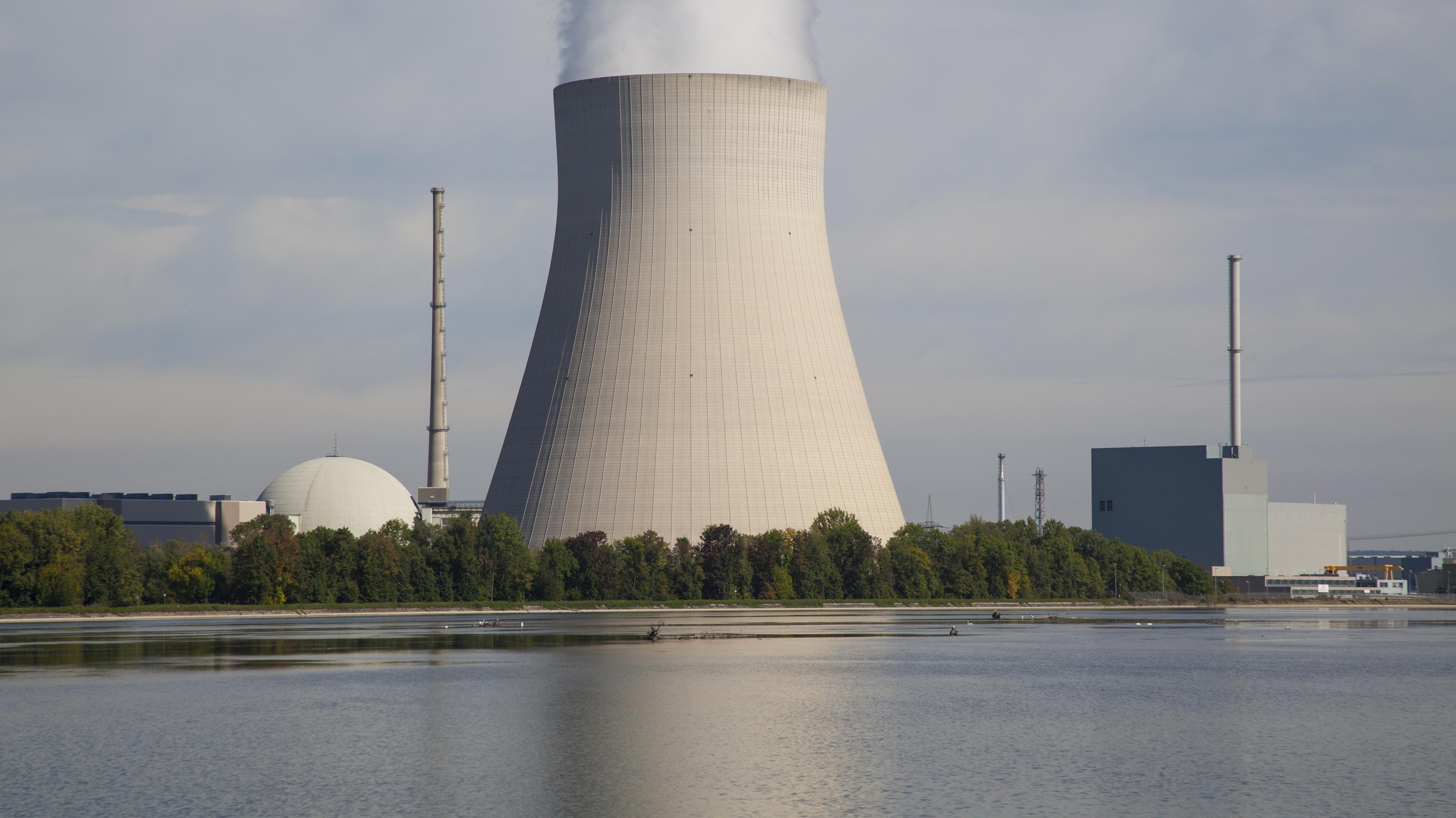 Das Kernkraftwerk Ohu in Niederbayern am Stausee Niederaichbach