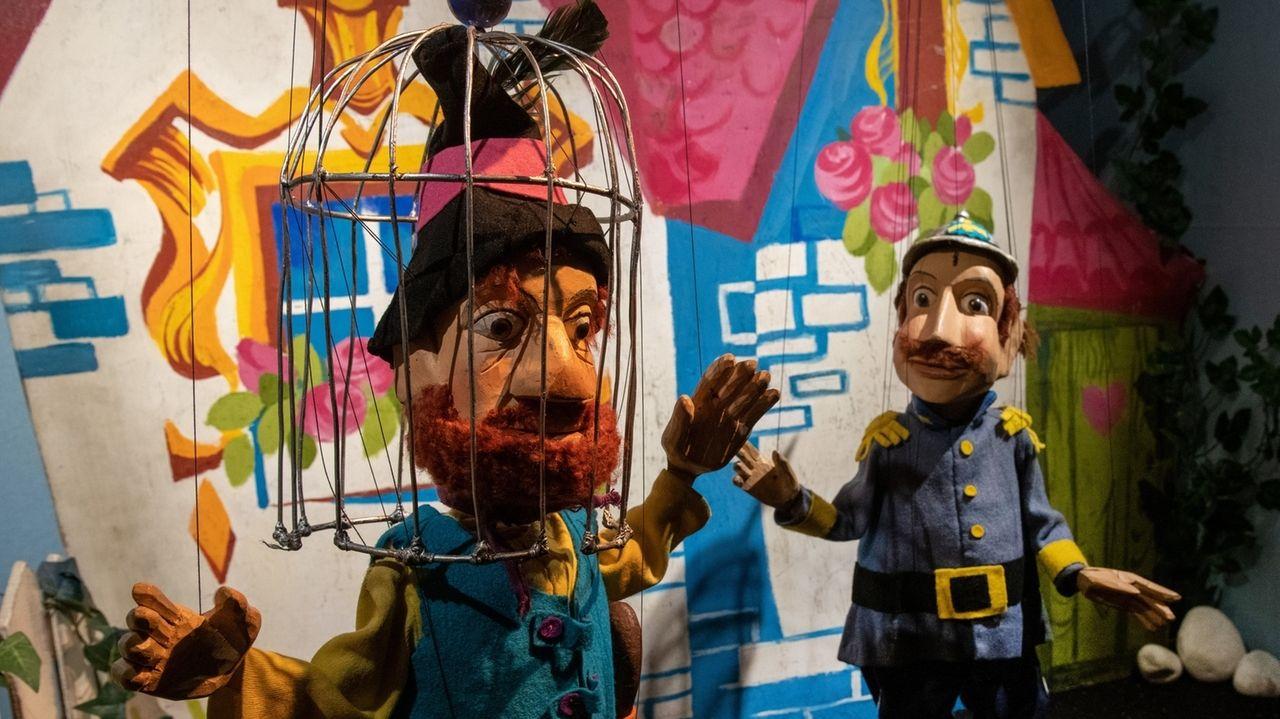 Die Marionette Räuber Hotzenplotz (l) wird von Wachtmeister Dimpfelmoser festgenommen.