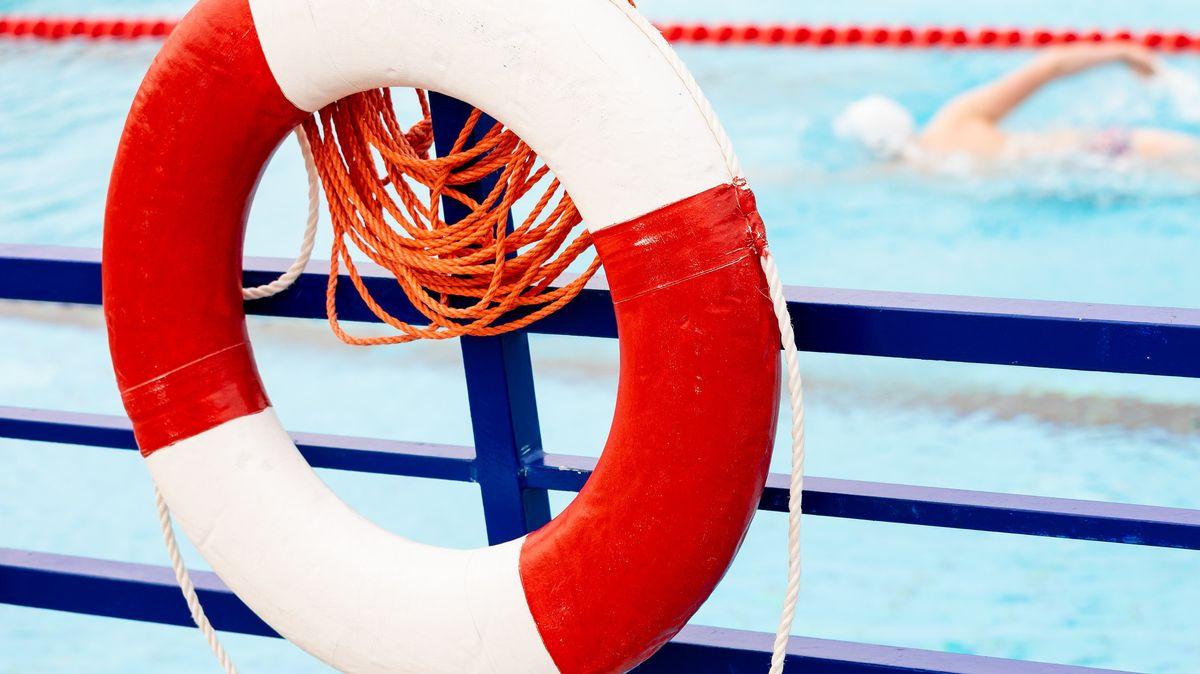 Rettungsring am Rand eines Schwimmbeckens