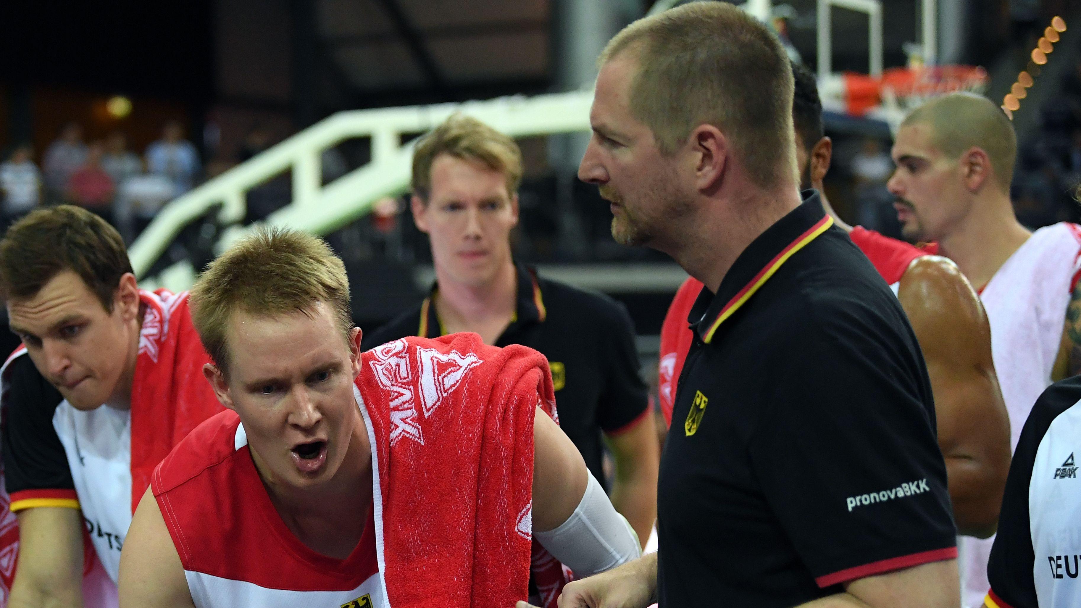 Bundestrainer Henrik Rödl mit Robin Benzing (l.) und Maik Zirbes (r.)