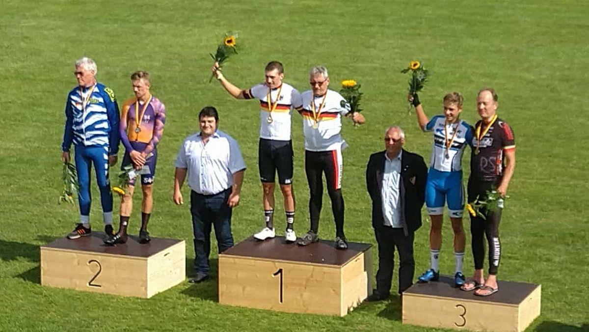 Siegerpodeste nach der Deutschen Meisterschaft im Derny der Männer
