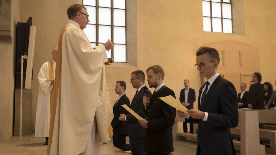 Feierlicher Gottesdienst, in dem vier junge Männer in den Jesuitenorden aufgenommen werden.