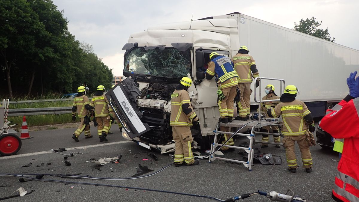 Demolierter Lastwagen, in dem der Fahrer eingeklemmt wurde.