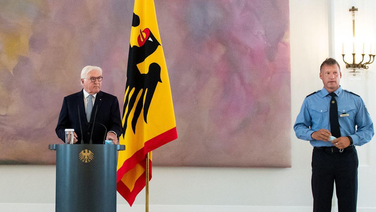 Bundespräsident Frank-Walter Steinmeier äußert sich neben Polizeihauptkommissar Karsten Bonack zu den Corona-Demos in Berlin.