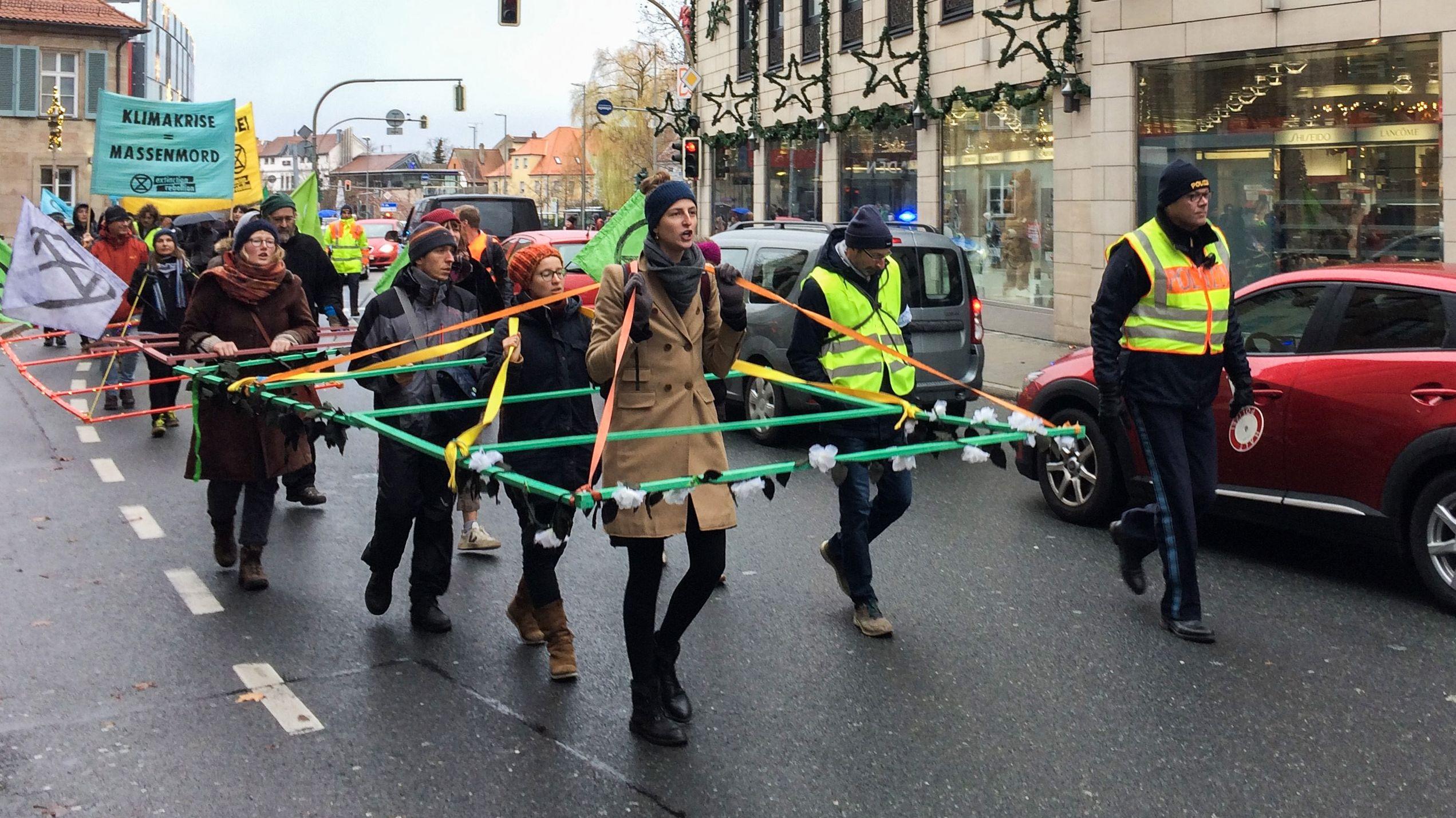 """""""Extinction Rebellion"""" demonstriert gegen Autos"""