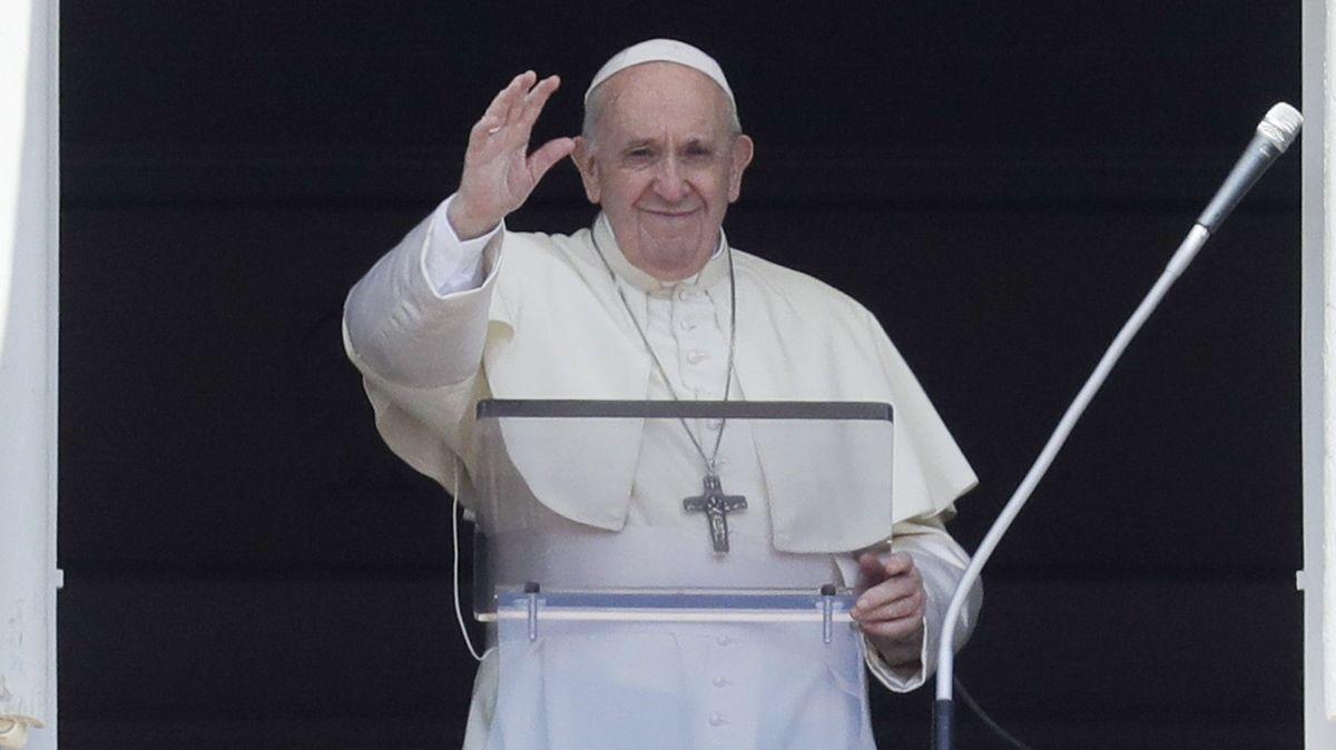 Papst Franziskus am Fenster seiner Residenz