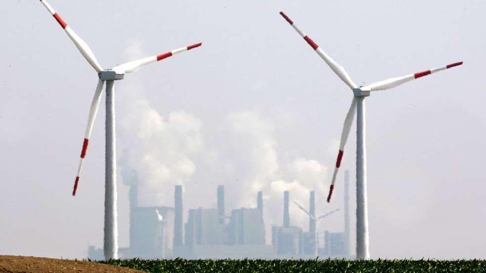 Windräder vor Kohlekraftwerk: Der Zuwachs an erneuerbaren Energien, insbesondere durch Windkraft, hat im Jahr 2018 rund 184 Millionen Tonnen Kohlendioxid eingespart.