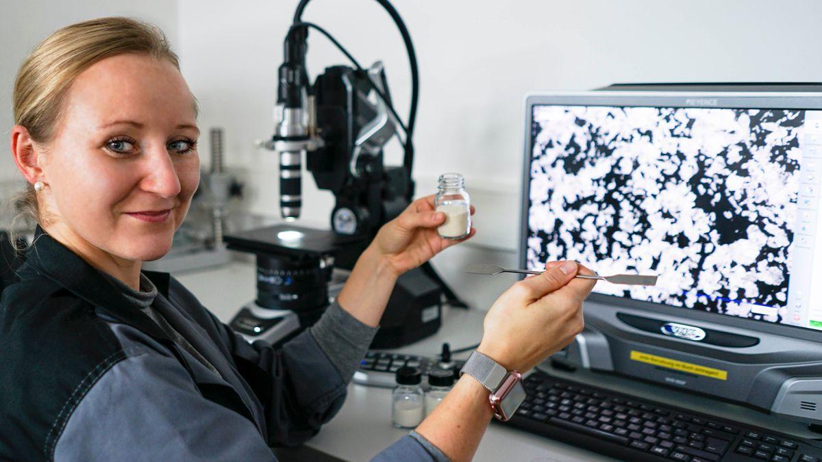 Forscherin Jessica Wittmann am Mikroskop.