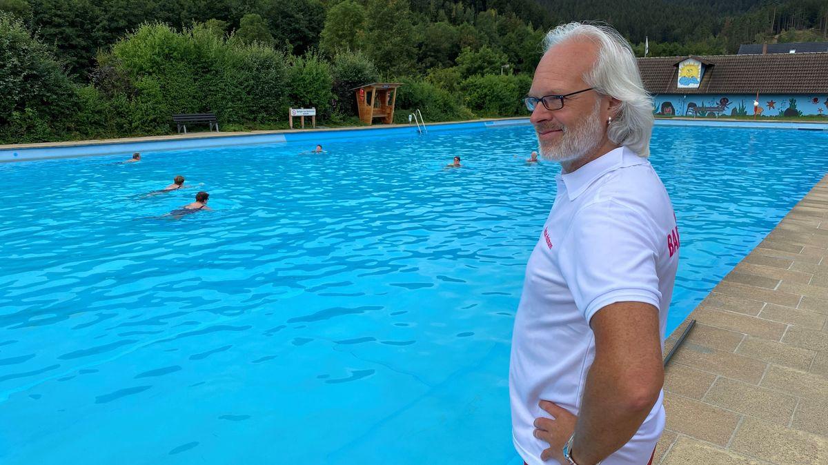 Bademeister Markus Holzmann steht am Beckenrand eines Schwimmbads