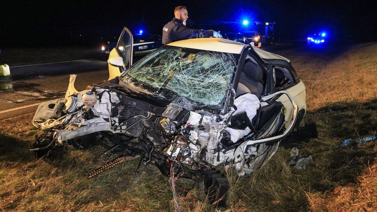 Nach einem Unfall steht ein demoliertes Auto am Straßenrand.