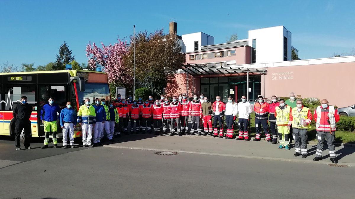Die ehrenamtlichen Helfer vor dem St. Nikola Heim in Straubing