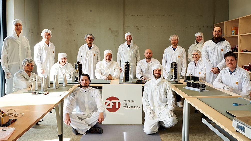 Das NetSat-Team mit den vier Kleinst-Satelliten.