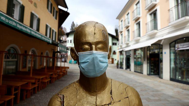Eine Kunstfigur in Berchtesgaden trägt eine Corona-Maske. | Bild:picture alliance / ASSOCIATED PRESS | Matthias Schrader